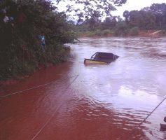 Carro com quatro pessoas cai no Rio em Tasso
